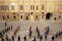 Palazzo-del-Governo-Il-cortile-con-alcuni-figuranti-del-corteo-storico-che-precede-il-Palio-di-Siena