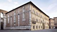 Palazzo-del-Governo-il-lato-che-ingloba-i-resti-del-Duomo-Nuovo